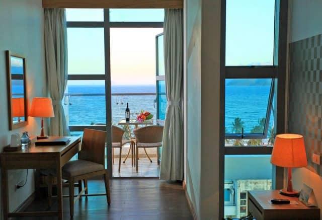 Một góc phòng nghỉ lãng mạn với view nhìn ra biển xanh (Ảnh ST)