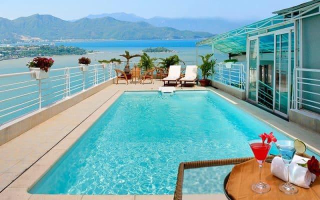 Từ bể bơi trên cao thưởng thức ly cocktail và ngắm nhìn khung cảnh tuyệt vời (Ảnh ST)