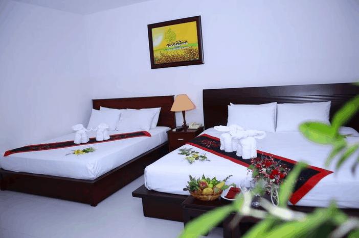 Không gian phòng nghỉ 2 giường tại khách sạn Hoàng Long