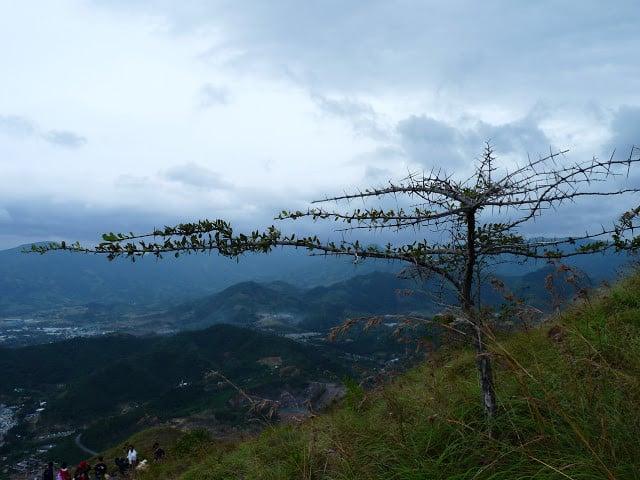 Một góc nhìn khác từ trên đỉnh núi (Ảnh ST)