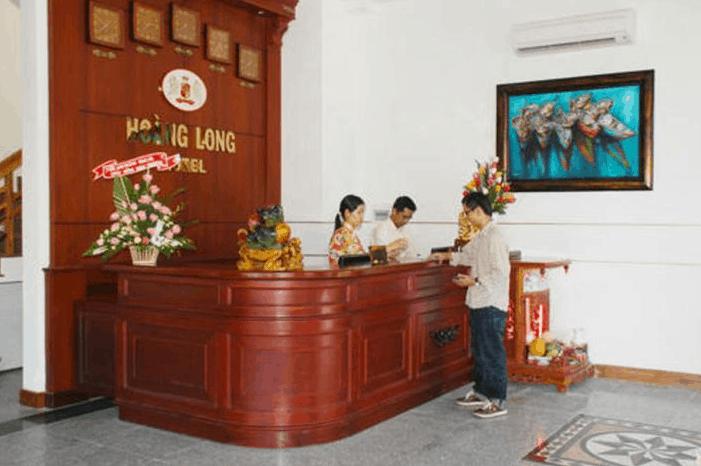 Quầy lễ tân tại khách sạn Hoàng Long luôn phục vụ 24/24