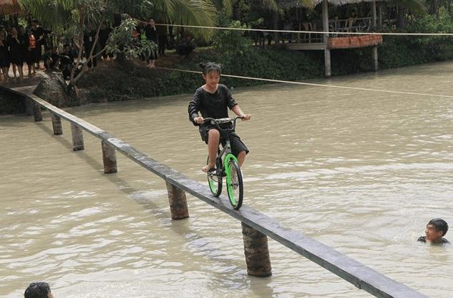Trò chơi đi xe trên cầu khỉ tại khu du lịch Lan Vương
