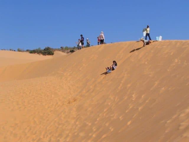 Nền cát ở đồi Phương Mai chặt, không lún quá sâu giúp du khách tiết kiệm sức lực trong quá trình di chuyển và đỡ mệt hơn (Ảnh ST)