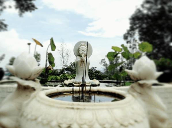 Tượng Quan Thế Âm Bồ Tát được đặt tại sân chùa
