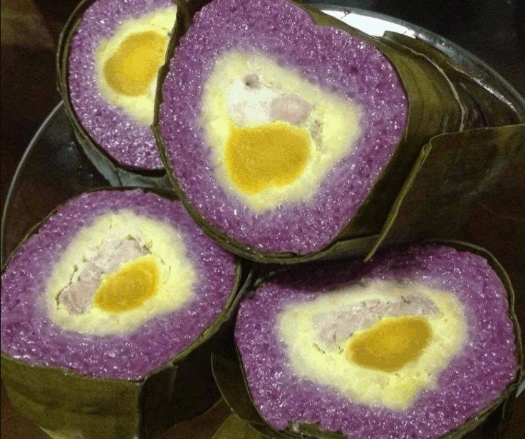 Bánh tét lá cẩm có màu sắc đẹp mắt