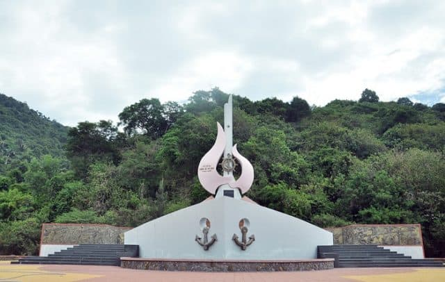 Đài tưởng niệm tàu không số Vũng Rô (Ảnh ST)