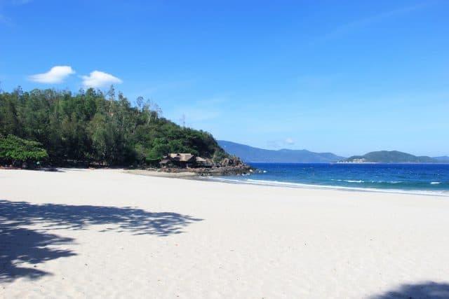 Những bãi cát trải dài trắng mịn (Ảnh ST)