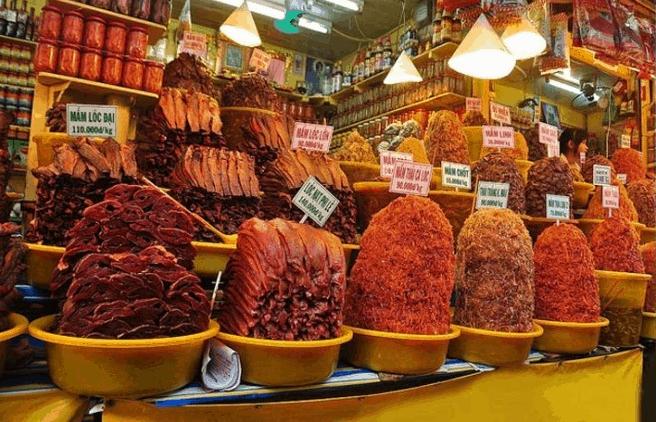 Tại chợ Châu Đốc bày bán rất nhiều loại mắm khác nhau