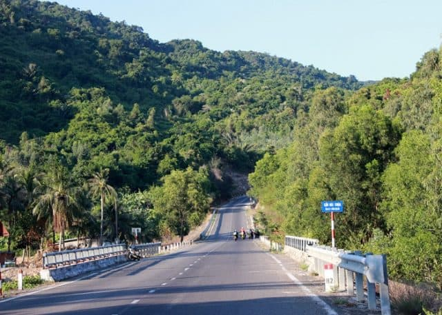Đường đi đến địa điểm tàu không số Vũng Rô với bạt ngàn đồi núi (Ảnh ST)