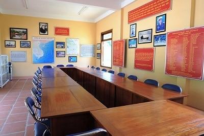 Phòng trưng bày với nhiều tư liệu, hình ảnh về di tích (Ảnh ST)