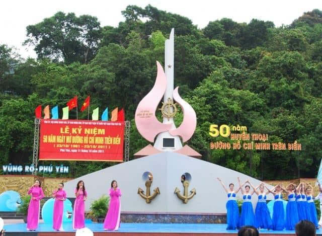 Lễ kỷ niệm 50 năm huyền thoại đường Hồ Chí Minh trên biển diễn ta tại di tích tàu không số (Ảnh ST)