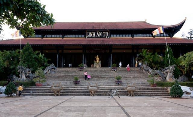 Khung cảnh thanh tịnh tại ngôi chùa nổi tiếng ở Đà Lạt (Ảnh ST)