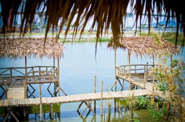 Những chòi tre được dựng nổi trên bờ mặt nước yên ả. (Ảnh: ST)