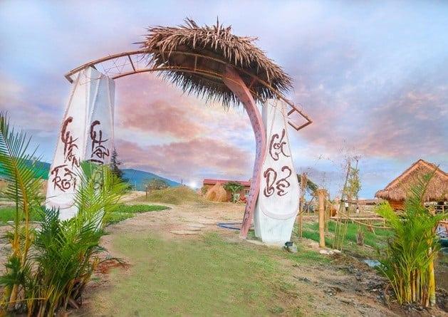 Cổng chào của khu sinh thái đậm chất dân dã thôn quê. (Ảnh: ST)