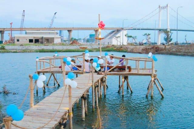 Từ đây có thể phóng tầm mắt ngắm nhìn cầu Thuận Phước xa xa. (Ảnh: ST)