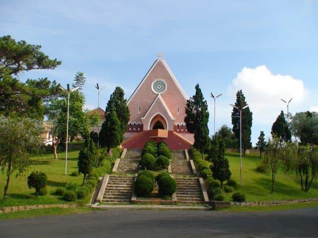 Cầu thang lối lên nhà thờ Domaine de Marie (Ảnh: ST)