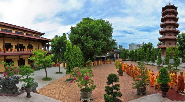 Sân chùa rộng rãi, thoáng mát (Ảnh: ST)
