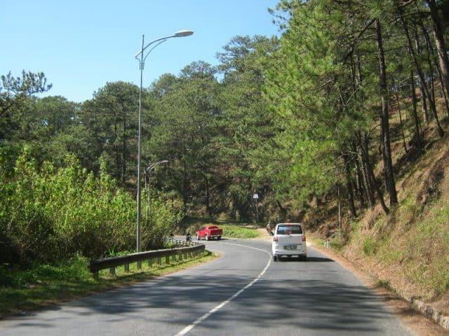 Dọc đường đi có rất nhiều cảnh đẹp bên đường (Ảnh ST)