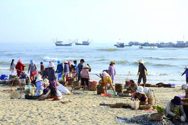 Chợ cá trên bãi biển Tam Tiến (Ảnh ST)