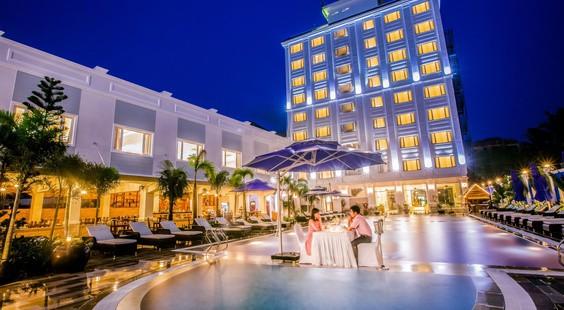 Khung cảnh bên ngoài vào buổi tối của khách sạn