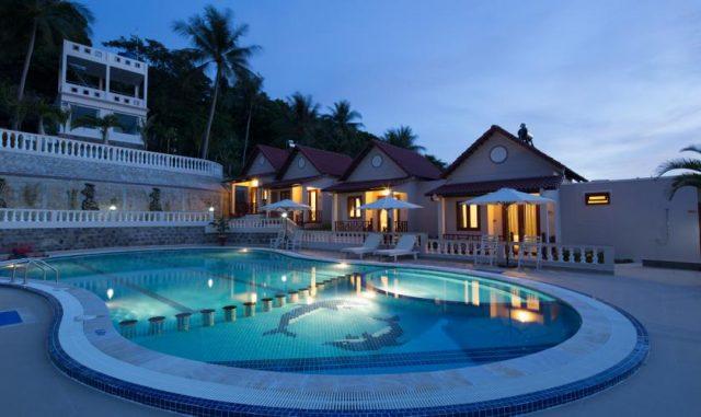 Bể bơi của khách sạn vào ban đêm (Ảnh ST)