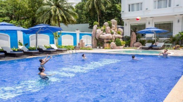Bể bơi của khách sạn (Ảnh ST)