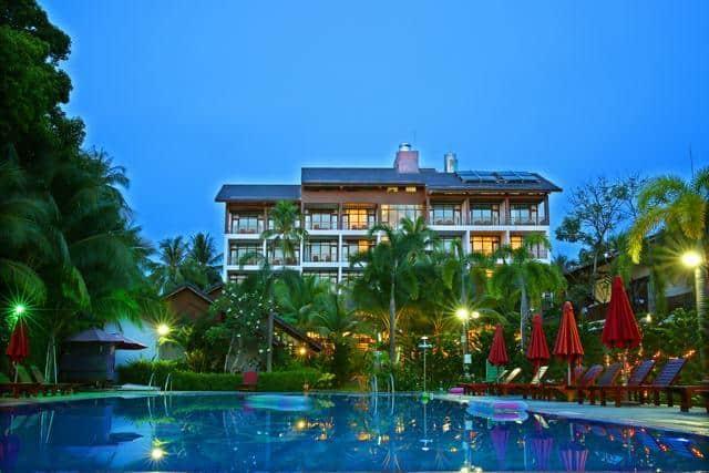 Bể bơi ngoài trời của khách sạn tropicana resort phú quốc (Ảnh ST)