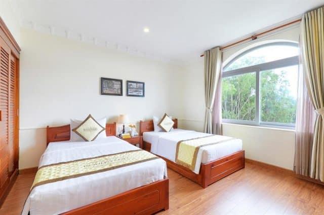 Phòng ngủ của khách sạn thiết kế đơn giản nhưng mang đậm phong cách Châu Âu (Ảnh ST)
