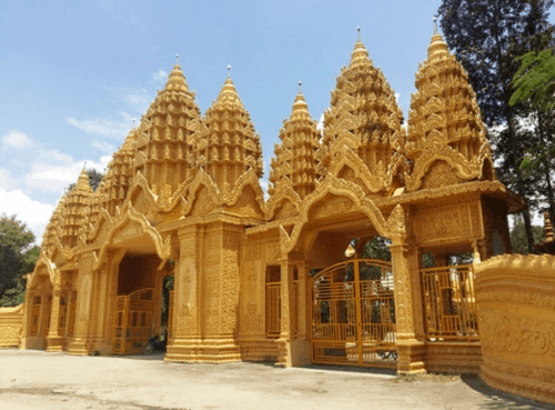 Cấu trúc đặc trưng cùng màu vàng nổi bật của chùa Vàm Rây dễ làm người ta liên tưởng đến khung cảnh xứ sở chùa Vàng xa xôi