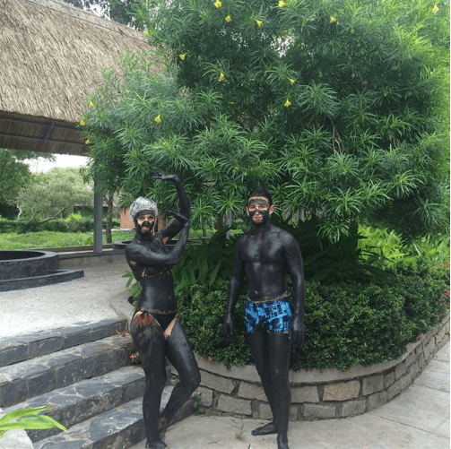 Khách du lịch thích thú thưởng thức dịch vụ tắm bùn tại suối nước nóng Bình Châu (ảnh ST)