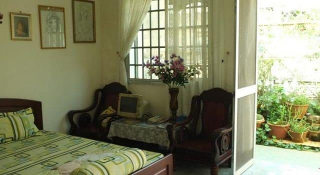 Phòng ngủ của homestay có hướng quay ra vườn (ảnh ST)
