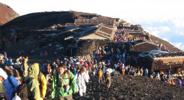 Hành trình leo núi chinh phục đỉnh cao (Ảnh ST)
