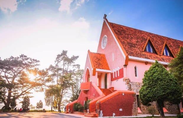 Nhà thờ Domaine de Marie - Nhà thờ màu hồng ấn tượng.